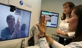 La teleriabilitazione è una forma di telemedicina che consente di fornire servizi di riabilitazione a distanza direttamente in casa del paziente o in un altro luogo da questi prescelto. La teleriabilitazione utilizza diversi tipi di tecnologie della telecomunicazione, tra cui video, siti web e programmi informatici per guidare il paziente nel tipo di riabilitazione richiesto. Le apparecchiature, che il paziente può utilizzare a casa, possono inoltre essere fornite dall'ospedale o dal medico. La teleriabilitazione è un metodo ad ampio spettro che permette di offrire la riabilitazione a pazienti affetti da una molteplicità di condizioni. Si utilizza più spesso per offrire riabilitazione fisica a pazienti che hanno subito ictus, lesioni del midollo spinale, traumi cranici, sclerosi multipla, per citarne solo alcune. Altre forme di teleriabilitazione, non solo fisica, includono la logopedia (terapia della parola e del linguaggio), l'audiologia e la neurofisiologia. I sistemi di monitoraggio a distanza possono essere impiegati per verificare lo stato dei pazienti e, in alcuni casi, sono anche state utilizzate le tecnologie della realtà virtuale e della robotica. In cosa consiste? La teleriabilitazione prevede che il medico stabilisca una serie di obiettivi per il paziente, tra cui movimenti fisici, esercizi fisici o esercizi mentali, utilizzando una varietà di dispositivi, programmi e applicazioni informatiche per guidarlo. Le applicazioni spesso dispongono di video interattivi che consentono al medico di monitorare la salute e lo sviluppo del paziente. Tale tecnologia è particolarmente utile per i pazienti che hanno difficoltà a recarsi in ospedale o in clinica per sottoporsi alla riabilitazione, perché vivono in ambienti rurali oppure perché la loro salute non consente loro di viaggiare. La teleriabilitazione consente ai pazienti di avere il controllo del processo di guarigione e di gestire le proprie esigenze mediche, ove opportuno. Ciò consente al medico di utilizzar